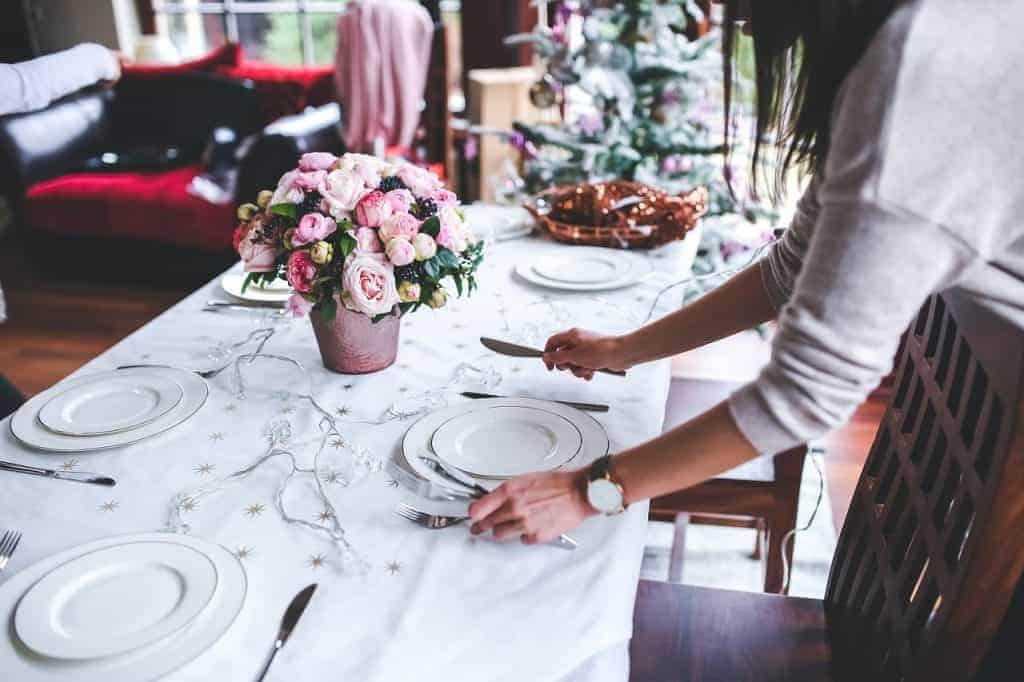 كيف تستقبلين الضيوف في بيتك لتناول الطعام اتيكيت المائدة - orchidfulifestyle