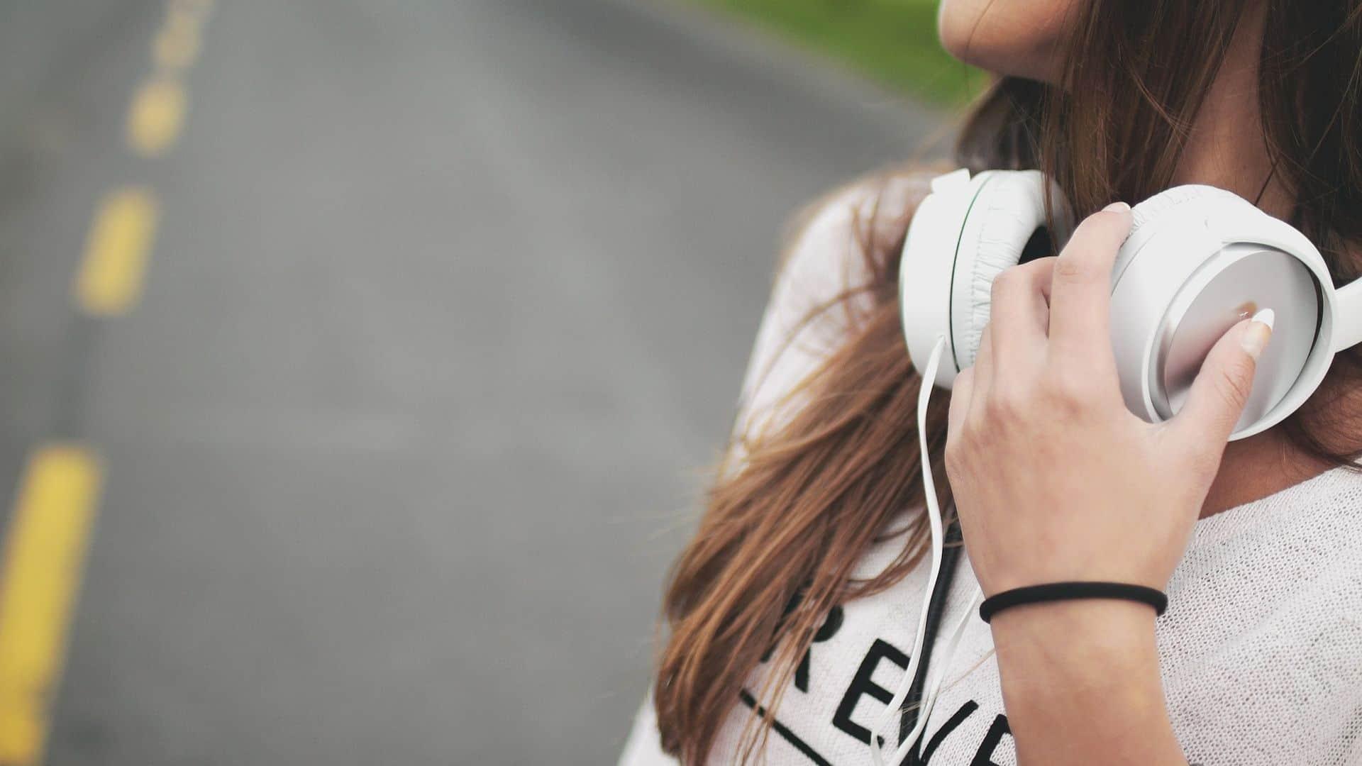 سماع الموسيقى - المزاج السيء - orchidfulifestyle